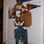 A door at Ledgeview Assisted Living decorated with Christmas décor
